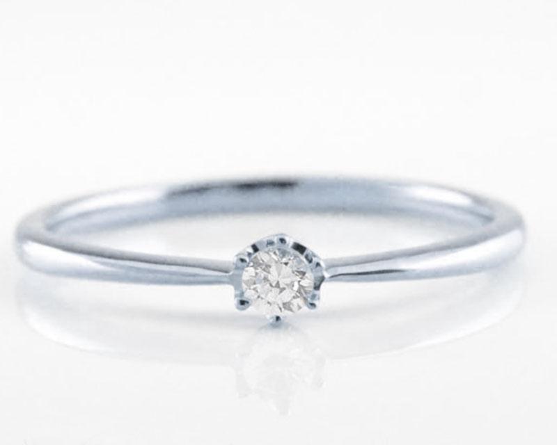 小さなダイヤの婚約指輪